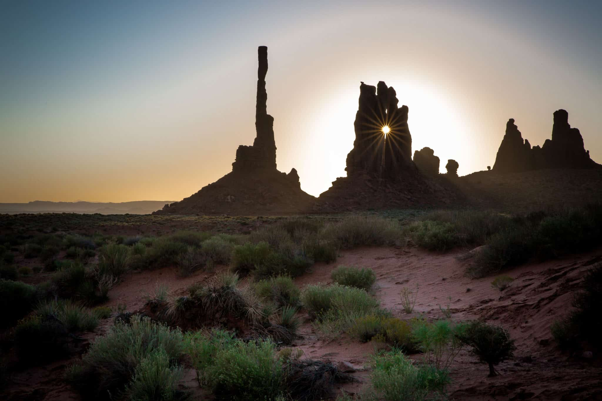 How to photograph sunrise while travelling. Sunrise caught on tour with Dineh Bekeyah Tours over Monument Valley, Utah, USA
